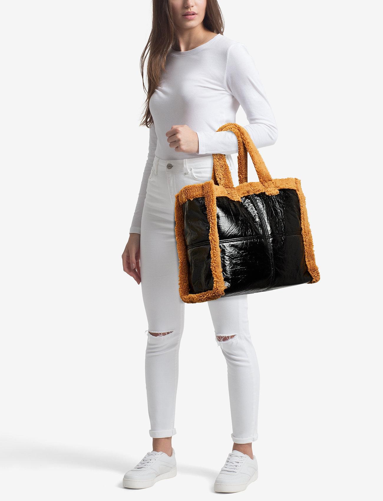 Stand Lola Shearling Bag - BLACK/NOUGAT