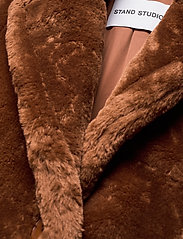 Stand Studio - Lisen Coat - sztuczne futro - brown - 2
