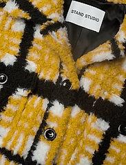 Stand Studio - Sabi Jacket - sztuczne futro - yellow/black/white check - 3