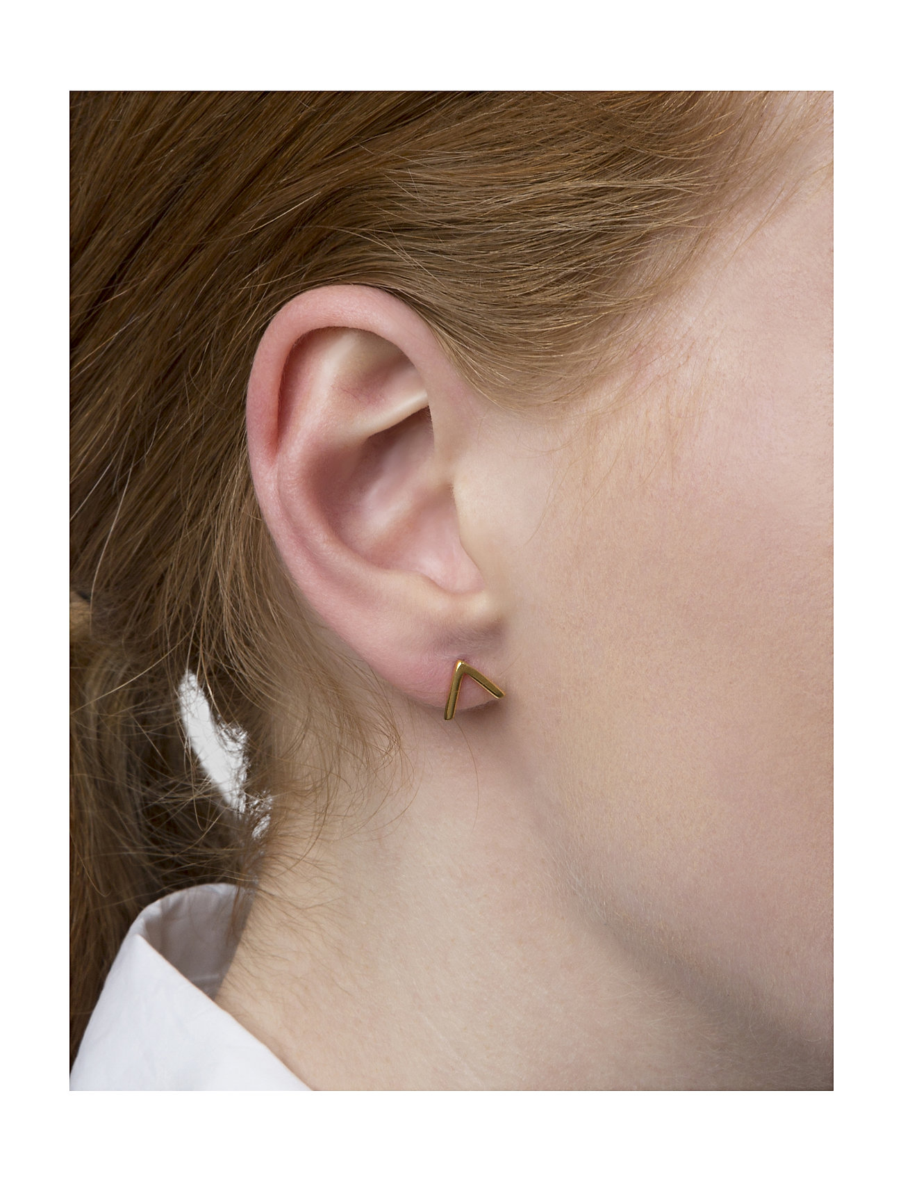 Syster P - Strict Plain V Earrings Gold - studs - gold - 1