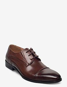 Laced derby shoe with toecap - snörskor - cognac