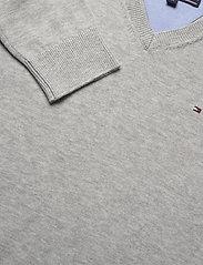 Tommy Hilfiger - BOYS BASIC V-NECK SWEATER - sweatshirts - grey heather - 2