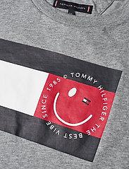 Tommy Hilfiger - U FLAG SMILE TEE S/S - short-sleeved - mid grey htr - 2