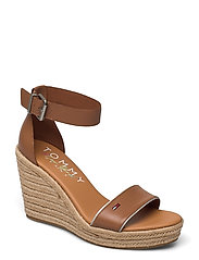 ESSENTIAL TOMMY JEANS WEDGE - SUMMER COGNAC