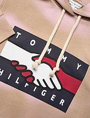 Tommy Hilfiger - ABO EARTH DAY HOODIE - sweatshirts & hættetrøjer - gentle gold / pastel pink prt - 2
