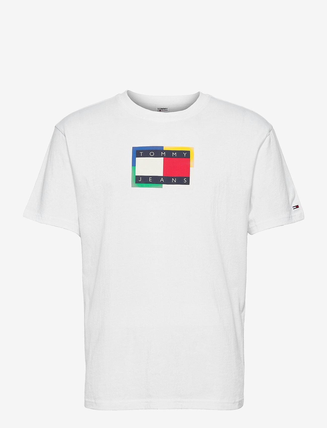Tommy Jeans - TJM MULTICOLOR FLAG TEE - kortärmade t-shirts - white - 0