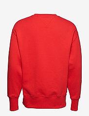 Tommy Jeans - TJM TOMMY BADGE CREW - kläder - flame scarlet - 1
