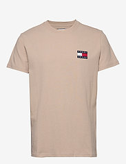 Tommy Jeans - TJM TOMMY BADGE TEE - short-sleeved t-shirts - stone - 0