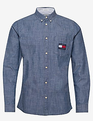 Tommy Jeans - TJM CHAMBRAY BADGE SHIRT - denim shirts - mid indigo - 0