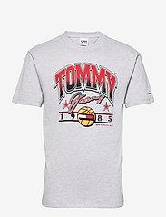 Tommy Jeans - TJM VARSITY BBALL GRAPHIC TEE - kortärmade t-shirts - silver grey htr - 0