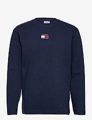 Tommy Jeans - TJM LS TOMMY BADGE TEE - långärmade t-shirts - twilight navy - 0