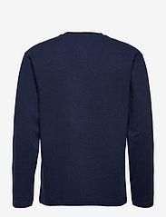 Tommy Jeans - TJM LS TOMMY BADGE TEE - långärmade t-shirts - twilight navy - 1