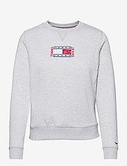 Tommy Jeans - TJW BXY TIMELESS FLAG SWEATSHIRT - sweatshirts & hoodies - silver grey htr - 0