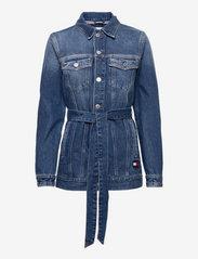 Tommy Jeans - LONG BELTED TRUCK JK AE736 SMBR - denim jackets - denim medium - 0