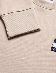 Tommy Jeans - TJM TOMMY BADGE CREW - kläder - soft beige - 2