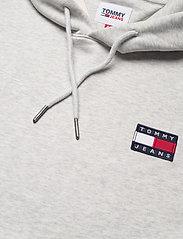 Tommy Jeans - TJM TOMMY BADGE HOODIE - hoodies - silver grey htr - 2