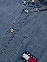 Tommy Jeans - TJM CHAMBRAY BADGE SHIRT - denim shirts - mid indigo - 3