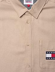Tommy Jeans - TJM BADGE TENCEL TWILL SHIRT - basic skjortor - soft beige - 3