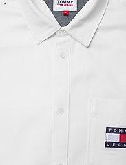 Tommy Jeans - TJM BADGE TENCEL TWILL SHIRT - basic skjortor - white - 2
