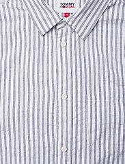 Tommy Jeans - TJM SEERSUCKER STRIPED SHIRT - linneskjortor - twilight navy / white - 2