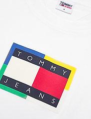 Tommy Jeans - TJM MULTICOLOR FLAG TEE - kortärmade t-shirts - white - 2
