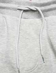Tommy Jeans - TJM SLIM BOX FLAG SWEAT PANT - joggingbyxor - light grey heather - 3