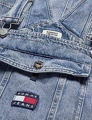 Tommy Jeans - DUNGAREE DRESS CRLT - denim dresses - carol lt bl rig - 5