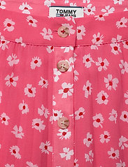 Tommy Jeans - TJW PLEATED BUTTON THRU SKIRT - midi skirts - floral print / glamour pink - 2