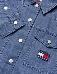 Tommy Jeans - TJW BOYFRIEND BELTED OVERSHIRT - kläder - mid indigo - 2