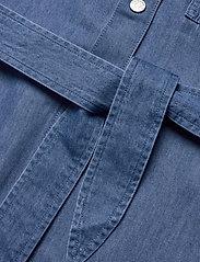 Tommy Jeans - TJW BOYFRIEND BELTED OVERSHIRT - kläder - mid indigo - 3