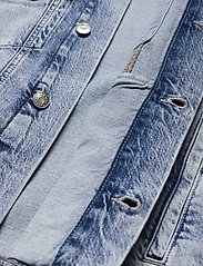 Tommy Jeans - OVERSIZE TRUCKER JACKET ALBC - denimjakker - ames lb com - 4