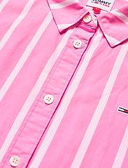 Tommy Jeans - TJW RELAXED STRIPE SHIRT SS - kortärmade skjortor - pink daisy / white - 2