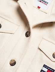 Tommy Jeans - TJW FRONT POCKET BADGE SHACKET - overshirts - sugarcane - 2