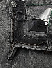 Tommy Jeans - MOM JEAN HR TPRD SSPGR - mom jeans - save sp critter grey rig - 3