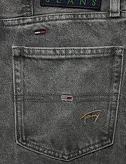 Tommy Jeans - MOM JEAN HR TPRD SSPGR - mom jeans - save sp critter grey rig - 4