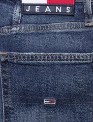 Tommy Jeans - MOM JEAN UHR TPRD AE632 MBC - tapered jeans - denim medium - 4