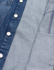 Tommy Jeans - LONG BELTED TRUCK JK AE736 SMBR - denim jackets - denim medium - 4