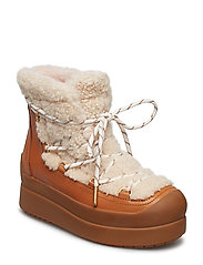 COURTNEY 60MM SHEARLING BOOT - NATURAL / TAN