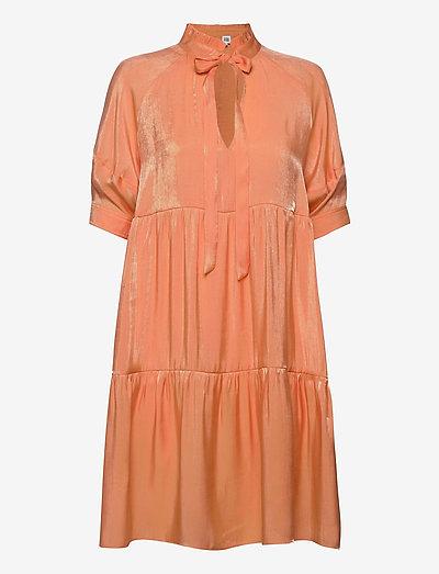 Holly Dress - sommerkjoler - peach