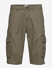 Wrangler - CARGO SHORT - casual shorts - dusty olive - 0