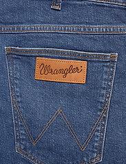 Wrangler - 5 POCKET SHORT - denim shorts - game on - 4